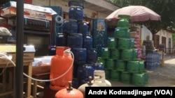 Bonbonnes de gaz butane vide qui doivent être rechargées à N'Djamena, le 4 avril 2019. (VOA/André Kodmadjingar)
