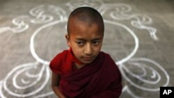 """Một nhà sư trẻ Tây Tạng đứng tại Bảo Tháp Baudhanath trong ngày thứ ba của """"Lễ Losar"""". Chính phủ lưu vong Tây Tạng tại Ấn Độ kêu gọi người dân Tây Tạng năm nay đừng ăn tết mà thay vào đó, hãy cầu nguyện cho những người sống dưới ách cai trị của Trung Quốc"""