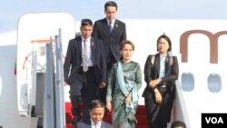 នៅថ្ងៃទី២៩ ខែមេសា ឆ្នាំ២០១៩ លោកស្រីអង់ សានស៊ូជី (Ang San Suu Kyi) ទីប្រឹក្សារដ្ឋប្រទេសមីយ៉ាន់ម៉ា បានមកដល់រាជធានីភ្នំពេញ ដើម្បីបំពេញទស្សនកិច្ចផ្លូវរដ្ឋរយៈពេលពីរថ្ងៃនៅប្រទេសកម្ពុជា។ (ហ៊ុល រស្មី/VOA Khmer)