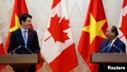 Thủ tướng Canada Justin Trudeau (trái) gặp Thủ tướng Nguyễn Xuân Phúc trong dịp đến Việt Nam tham dự hội nghị APEC. Trong dịp này, ông Trudeau đã không xuất hiện trong một cuộc họp mang tính quyết định về TPP.
