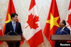 Thủ tướng Canada Justin Trudeau (trái) và Thủ tướng Việt Nam Nguyễn Xuân Phúc trong chuyến công du tới Hà Nội hồi tháng 11 năm ngoái. Việt Nam và Canada thiết lập quan hệ đối tác toàn diện trong chuyến thăm này của TT Trudeau.