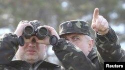 Александр Турчинов во время посещения выставки боевой техники в Черниговской области