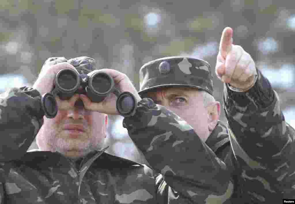 Исполняющий обязанности президента Украины Александр Турчинов во время посещения выставки боевой техники в Черниговской области