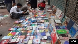 کراچی: چند نوجوان اپنی پسند کی کتابیں خریدرہے ہیں