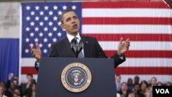 Presiden Barack Obama menyampaikan penjelasan rencana anggaran 2013 di Northern Virginia Community College di Annandale, Virginia (13/2).