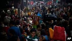 Ribuan warga India menunggu kereta api yang akan membawa mereka pulang dari festival Maha Kumbh Mela di Allahabad, India (10/2). (AP/Saurabh Das)