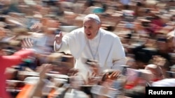 Pope Francis gives the thumb up as he leads the Easter mass in Saint Peter's Square at the Vatican April 20, 2014. REUTERS/Tony Gentile (VATICAN - Tags: RELIGION TPX IMAGES OF THE DAY) - RTR3LYWF