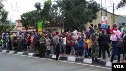 Warga kota Bandung antusias menyambut kedatangan para delegasi KAA dengan berjejer di tepi jalan. (VOA/R. Teja Wulan)