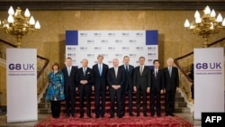 八國集團外長星期四在倫敦舉行的G8會議前先來大合照。