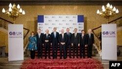 Para Menteri Luar Negeri G8 berpose di Lancaster House, London (11/4).