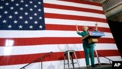 Kandidat Presiden AS dari partai Demokrat, Hillary Rodham Clinton memberikan pidato kampanye di Des Moines, Iowa Minggu (14/6).