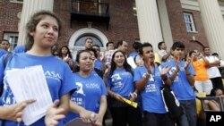 15일 미국 메릴랜드 주에서 오바마 정부의 불체자 구제 조치를 환영하는 이민자 권익단체 봉사자들.