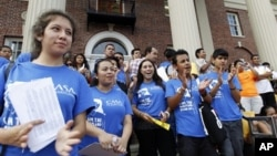 大批美國的年輕非法移民排隊申請可以暫不被遣返的新政府項目