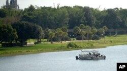 Lebih dari 50 petugas dikerahkan untuk melakukan pencarian di Seven Seas Lagoon di kawasan taman hiburan Disney World di Orlando (14/6).