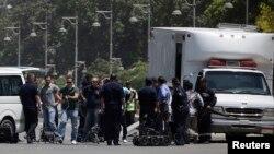 Pasukan keamanan Mesir melakukan inspeksi di lokasi ledakan dekat istana Presiden di Kairo, Mesir (30/6).