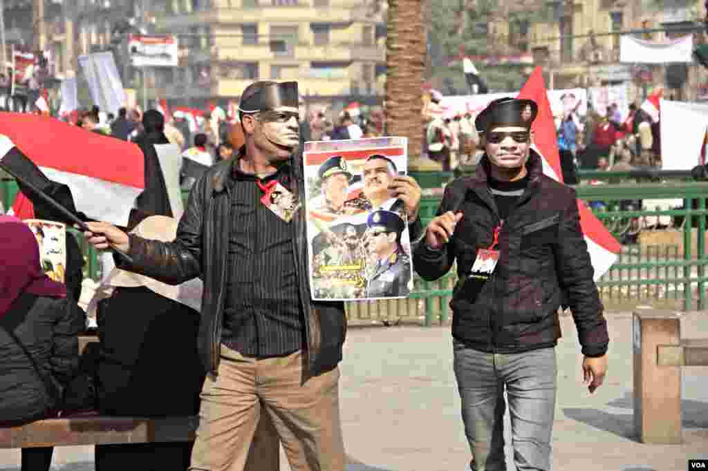 Many in the crowd hold pictures of General Abdel Fateh el Sissi, widely expected to run in upcoming presidential elections, (Hamada Elrasam for VOA).