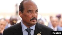 Le président mauritanien Mohamed Ould Abdel Aziz attend l'arrivée du président français à l'aéroport de Nouakchott, en Mauritanie, le 2 juillet 2018.