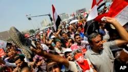 Opositores del presidente Morsi esperan la declaración de los militares respecto al futuro del país.