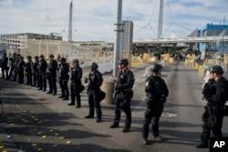 Службовці Прикордонної ти митної служби США біля пункту пропуску на кордоні США та Мексики