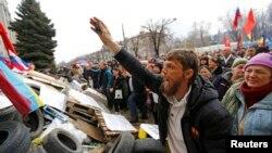 Người biểu tình thân Nga tràn vào một trụ sở chính phủ ở Luhansk, phía đông Ukraine.