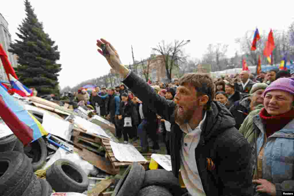 Pro-Russian protesters attend a rally in front of the seized office of the SBU state security service in Luhansk, eastern Ukraine, April 14, 2014.