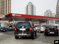 Vehicles queue for petrol at an EPPCO gas station in Dubai, UAE, June 23, 2011