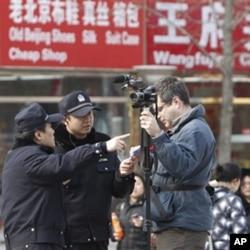 中国警察要求在北京王府井大街附近采访的美联社摄影师离开