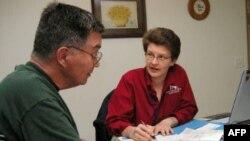 美国社会工作者为残障人士登门服务