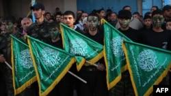 Thanh niên Palestine cầm cờ Hamas trong 1 cuộc biểu tình lên án quyết định của 1 tòa án Ai Cập, gần biên giới Rafah, 5/2/2015.