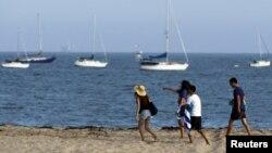 지난 7월 관광객들이 미국 산타바바라 해안을 거닐고 있다.