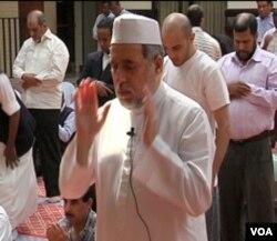 Sheikh Shaker El Sayed predvodi molitvu u džamiji Dar Al-Hijrah u Virginiji