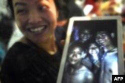 지난달 23일 태국 동굴 관광을 갔다가 실종된 축구부 소년들과 감독이 9일 만에 생존한 사실이 확인된 가운데, 생존 확인 소식을 들은 가족이 축구팀 아이들의 사진을 보여주며 기뻐하고 있다.