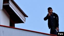 تصاویر منتشر شده این فرد مسلحبه کلت را روی یک ساختمان نشان می دهد.