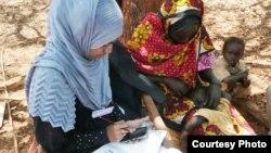 Pekerja sukarela Palang Merah Internasional menggunakan survei ponsel RAMP untuk mengumpulkan informasi kesehatan di pedesaan Kenya. (Foto: IFRC)