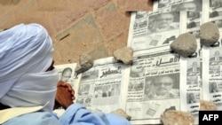 Un Mauritanien lit des journaux dans une rue de Nouakchott le 4 juin 2009.