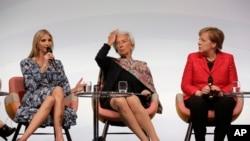 (Goch, adwat) Ivanka Trump, pitit fi Prezidan Trump la, ansanm ak konseyè nan Lamezon Blanch Christine Lagarde, epi Chanselyè peyi Almay Angela Merkel, nan Bèlin, Almay, 25 avril 2017.