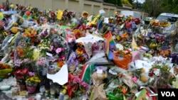 Flowers are piled up outside Nelson Mandela's Houghton home in Johannesburg, Dec. 8, 2013. (Thuso Khumalo for VOA)