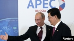APEC ထိပ္သီး ညီလာခံ တက္ေရာက္ေနၾကသည့္ ႐ုရွား သမၼတ Vladimir Putin (၀ဲ)၊ တ႐ုတ္သမၼတ ဟူက်င္းေတာင္။ (စက္တင္ဘာလ ၈ ရက္၊ ၂၀၁၂)။