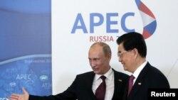 俄罗斯总统普京和中国国家主席胡锦涛9月8日出席在海参崴举行的亚太经合组织峰会