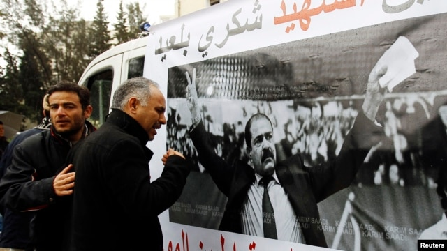 Wani mutum na kuka a gaban hoton shugaban masu adawa a Tunisia, Chikri Belaid. REUTERS/Zoubeir Souissi