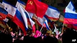 16일 밤 크림자치공화국 심페로폴의 레닌 광장에서 친 러시아계 주민들이 러시아로의 귀속을 결정한 주민투표를 축하하는 집회를 열었다.