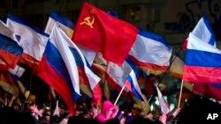 2014年3月16日亲俄罗斯者在乌克兰首都辛菲罗波尔列宁广场庆祝克里米亚居民以压倒多数投票加入俄罗斯
