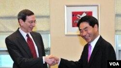 Robert Einhorn, Utusan Khusus bidang Non Proliferasi dan pengawasan senjata Amerika (kiri) berjabatan tangan dengan wakil Menlu Korsel Kim Jae-Shin di Seoul (Foto: dok).