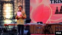 Presiden Jokowi saat menyampaikan sambutan pada puncak peringatan Tri Suci Waisak di Taman Lumbini komplek candi Borobudur Selasa (2/6) malam (foto: VOA/Munarsih).