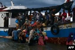 အင္ဒိုနီးရွားႏိုင္ငံ Aceh ခ႐ိုင္ ကမ္းလြန္ပင္လယ္ျပင္ထဲကေန ကယ္တင္ခဲ့တဲ့ ရိုဟင္ဂ်ာဒုကၡသည္မ်ား။ (ဇြန္ ၂၅၊ ၂၀၂၀)