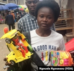 Luce Ngangoue avec des jouets destinés aux enfants du Pool, au Congo-Brazzavile, le 22 décembre 2017. (VOA/Ngouela Ngoussou)