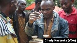 Des creuseurs artisanaux dans une mine d'or au Nord-Kivu, RDC, 21 avril 2015. (VOA/Charly Kasereka)