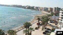 Prej dy javësh, Vlora pa linja detare me Italinë