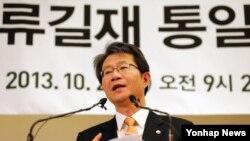 류길재 한국 통일부 장관이 25일 '해외동포와 함께하는 행복한 통일 미래'를 주제로 서울에서 열린 민족화해협력범국민협의회 해외협의회 전체회의에서 강연을 하고 있다.