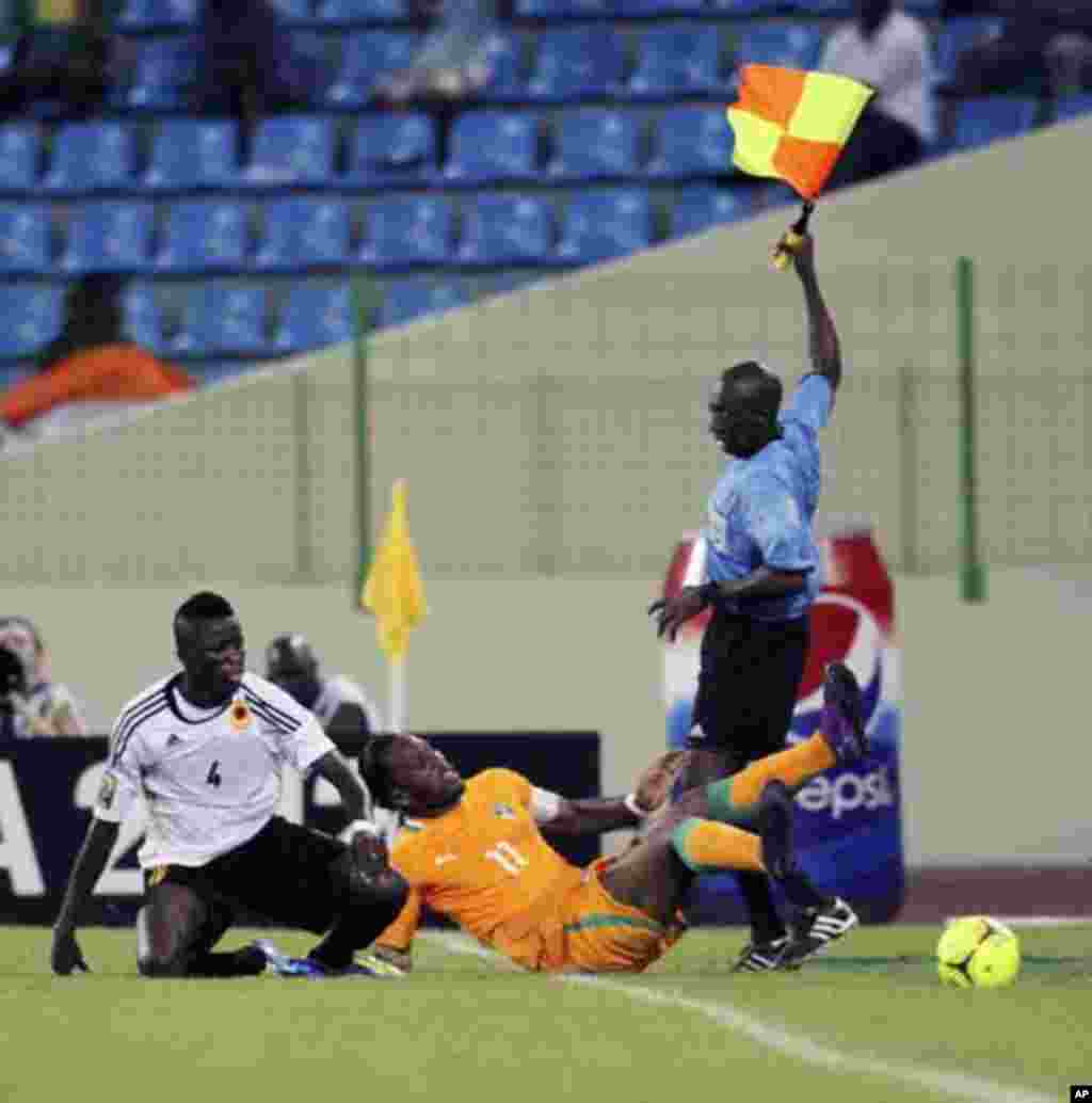 Didier Drogba (C) of Ivory Coast fights for the ball with Dani Massunguna (L) of Angola during their African Nations Cup soccer match in Malabo January 30, 2012.